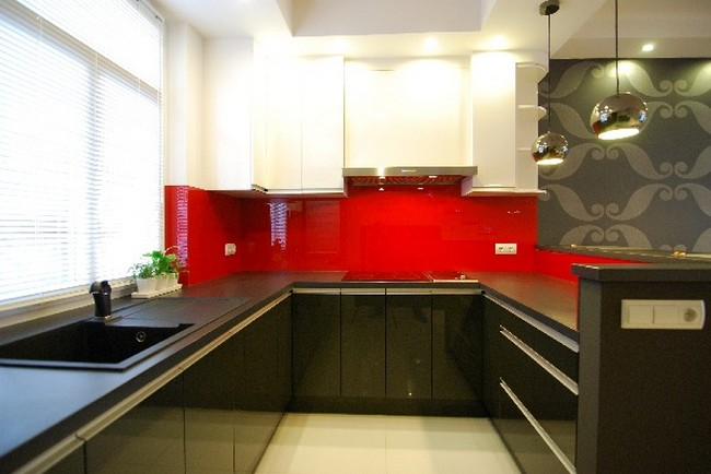 Friendly apartment with glossy details by melinda n der for Cocinas modernas negras con rojo